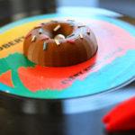 レコードの日。 ドーナツの形をしたアダプターで7インチレコードを聞く午後のひととき