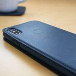 """絶妙な""""青""""のアンサンブル。Apple純正の手帳型iPhone Xケース「レザーフォリオ」コスモスブルー"""
