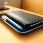 机の上のiPhone Xとペンの定位置。CAMBROのカムトレー